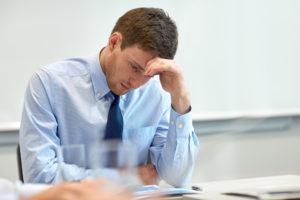 偏頭痛に悩む男性